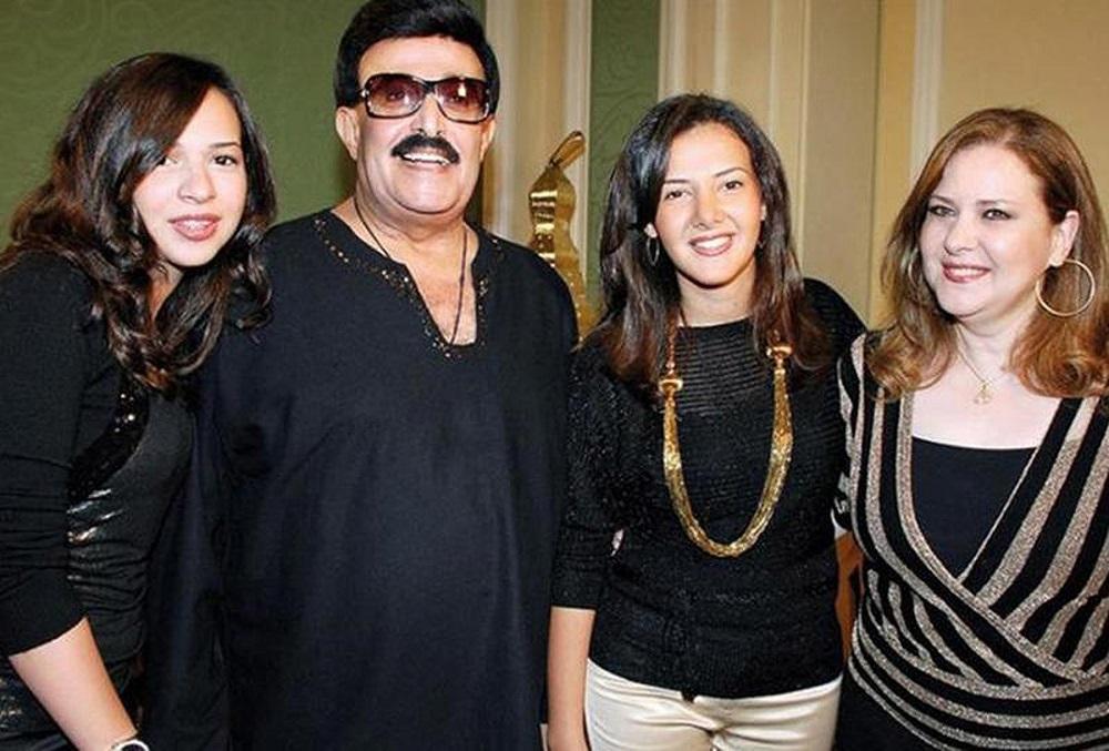 دنيا سمير غانم تتوسط والديها دلال عبدالعزيز وسمير غانم وشقيقتها إيمي