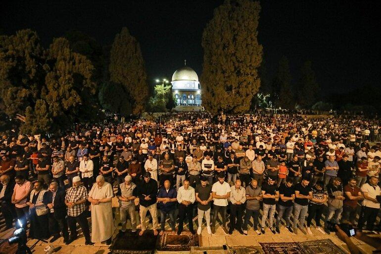 فلسطينيون يؤدون صلاة التراويح في المسجد الأقصى خلال شهر رمضان المبارك في القدس الشرقية