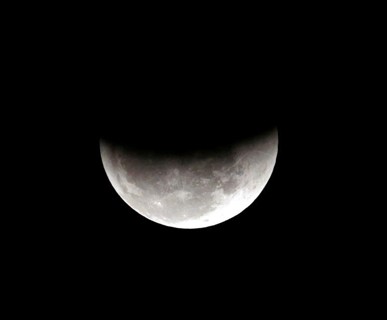 من علامات ليلة القدر أيضًا ظهور القمر مثل شق جفنة أي نصف قصعة