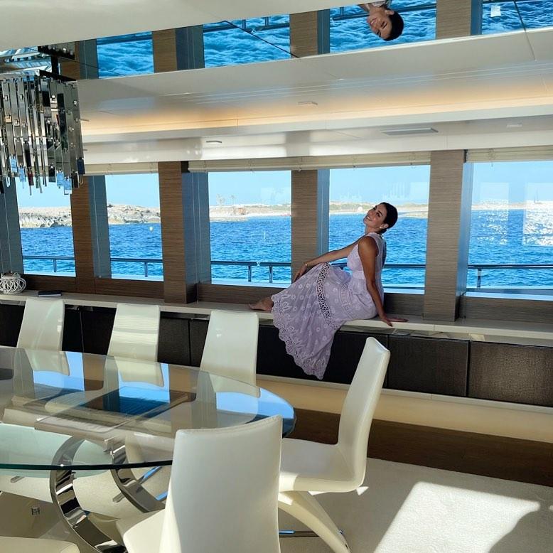ياسمين صبري بفستان صيفي أنيق شفاف من داخل يخت زوجها